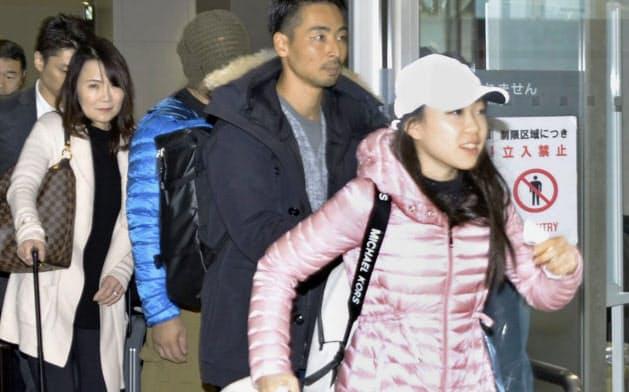フィギュアスケートのNHK杯に出場するため新千歳空港に到着した紀平梨花(手前)。左端は浜田美栄コーチ(20日)=共同