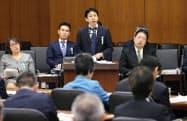 衆院文科委で話すベネッセコーポレーションの山崎昌樹学校カンパニー長(中央)(11月5日)=共同
