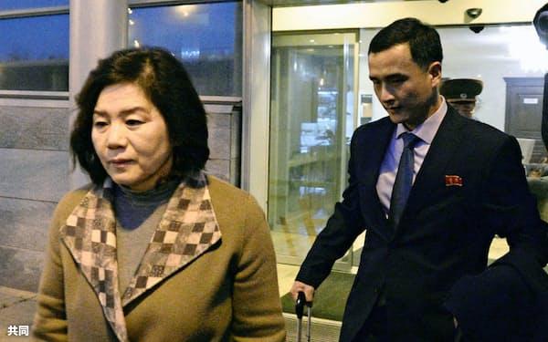 19日、モスクワ郊外の空港に到着した北朝鮮の崔善姫第1外務次官(左)=共同
