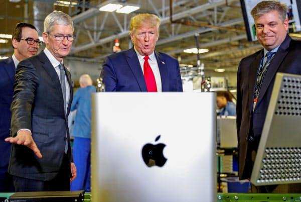 トランプ米大統領を案内する米アップルのクックCEO(米テキサス州オースティン)=ロイター