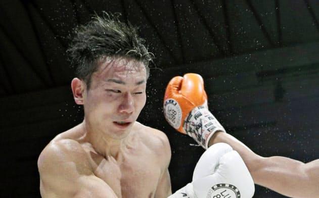 久田(左)の善戦もあり京口との試合は白熱の一戦に=共同