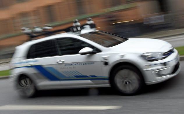 様々な企業が商用化にしのぎを削る自動運転自動車の安全性をめぐり規制強化の議論が高まる=ロイター