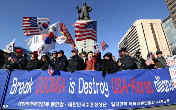 GSOMIA破棄に反対する韓国の保守系団体(20日、ソウル)=AP