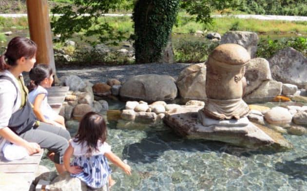 美作三湯芸術温度で湯原温泉の足湯に登場したオオサンショウウオの彫刻作品