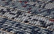 自動車の販売が低迷している国も多い(インドの自動車工場)=ロイター