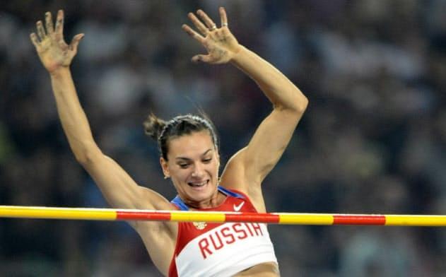女子棒高跳び決勝 4メートル95をクリアするイシンバエワ=共同