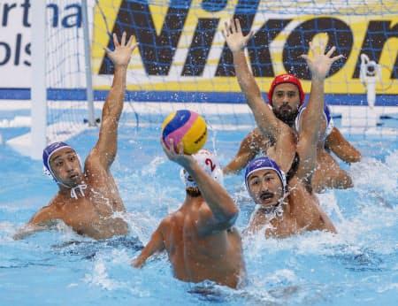 夏の世界選手権でも欧州勢相手に食い下がった。スペイン選手(手前)をマークする志水(その右)と志賀(左端)=共同