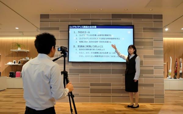 動画では若手社員が講師役を務める