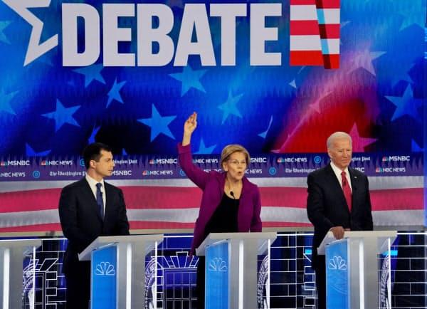 米大統領選の民主党討論会に参加したブティジェッジ氏(左)ら(20日、ジョージア州アトランタ)=ロイター