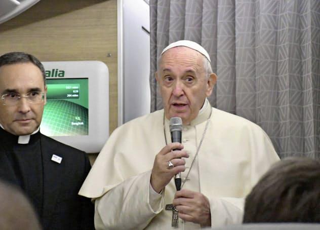 ローマ法王は日本で核廃絶を世界に訴える(19日、特別機内であいさつする法王=共同)