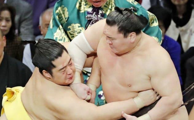 立ち合いで遠藤(左)をかち上げる白鵬(21日、福岡国際センター)=共同