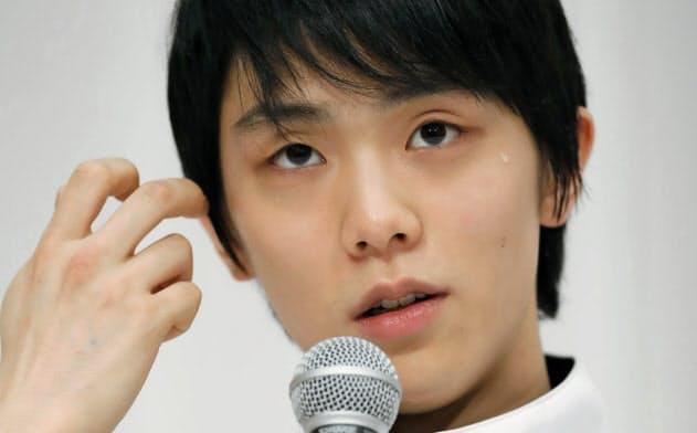 フィギュアNHK杯の開幕を前に、記者会見で質問に答える羽生結弦(21日、札幌市内のホテル)=共同