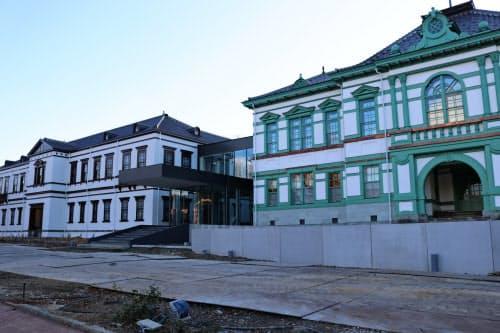 国立工芸館の建物。金沢偕行社(右)と第9師団司令部庁舎(左)を移築・復元した(21日午後、金沢市)
