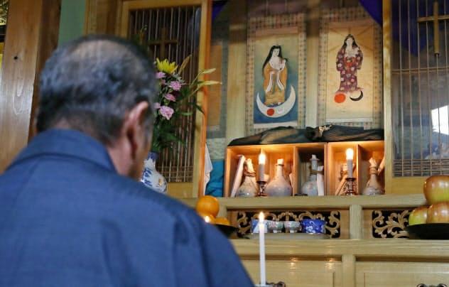 信徒の川崎雅市さん宅の祭壇には聖母子像の掛け軸などが奉られている(長崎県平戸市)