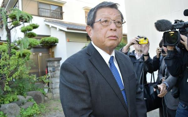 堺市の自宅前で取材に応じる竹山修身前市長(21日)
