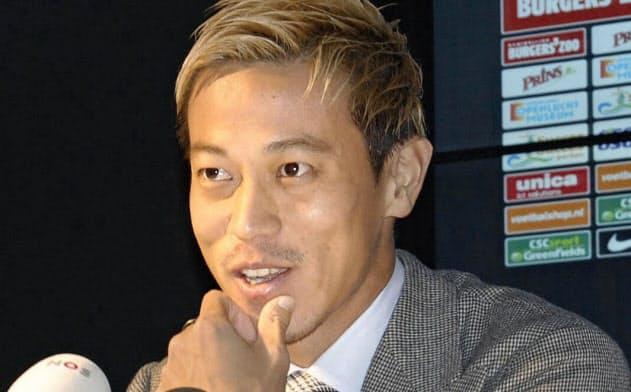 記者会見するフィテッセの本田圭佑(21日、アーネム)=共同