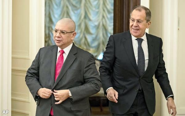 ロシアのラブロフ外相(右)は朝鮮半島問題の解決に向けた新計画を北朝鮮に伝えたと明らかにした(21日、モスクワ)=AP