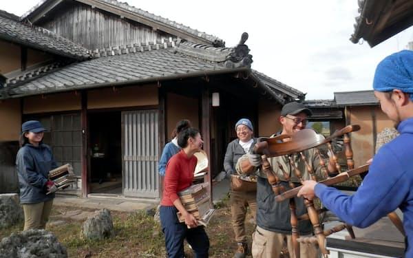 ひとりや家族だけではなく、仲間を募るワークショップ形式の片付けも(兵庫県丹波市)