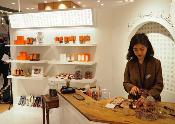 大丸梅田店の「デイリリー」は漢方素材からつくったお茶やお菓子を販売する(大阪市)