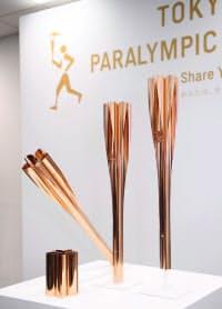 東京パラリンピック聖火リレーのトーチ=共同