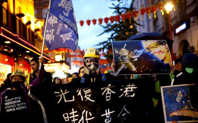 大規模抗議デモが続く香港では24日に、区議会選挙が行われる=ロイター