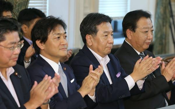 野党合同会議に臨む(右から)野田前首相、立憲民主党の枝野代表、国民民主党の玉木代表(10月2日、国会内)