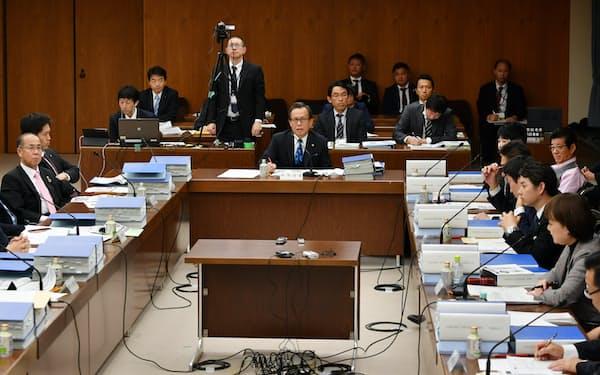 法定協に出席した松井大阪市長(右列奥)と吉村大阪府知事(左から2人目)ら(22日、大阪市役所)