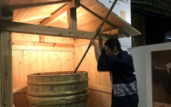 もろみをかき混ぜる体験で伝統製法を学んでもらう(笛木醤油の金笛しょうゆパーク)