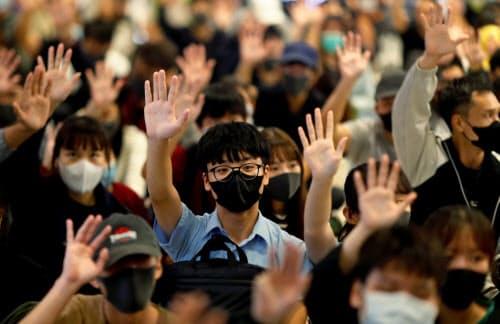 大学以外での抗議活動も続いている(21日、香港)=ロイター