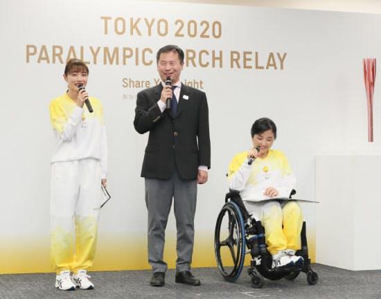 東京パラリンピック聖火リレーの概要を発表する石原さとみさん(左)ら(22日、東京都中央区)
