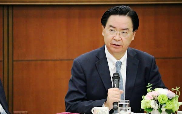 海外メディアと会見する台湾の呉・外交部長(22日午後、台北市の外交部)