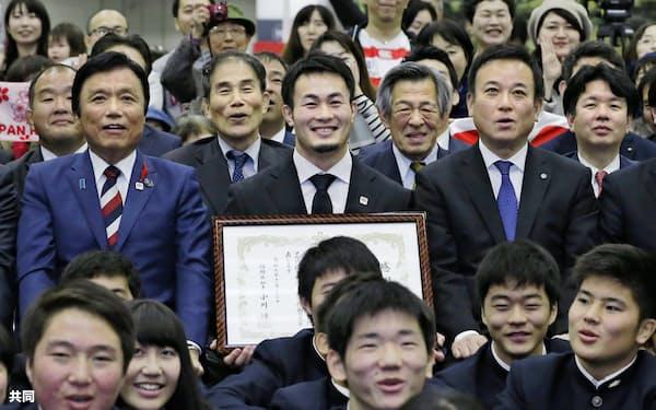 感謝状を手に記念撮影するラグビーW杯日本代表の福岡堅樹選手(中央、22日、福岡県庁)