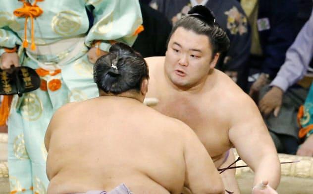 朝乃山(奥)が押し出しで琴勇輝を破る(22日、福岡国際センター)=共同