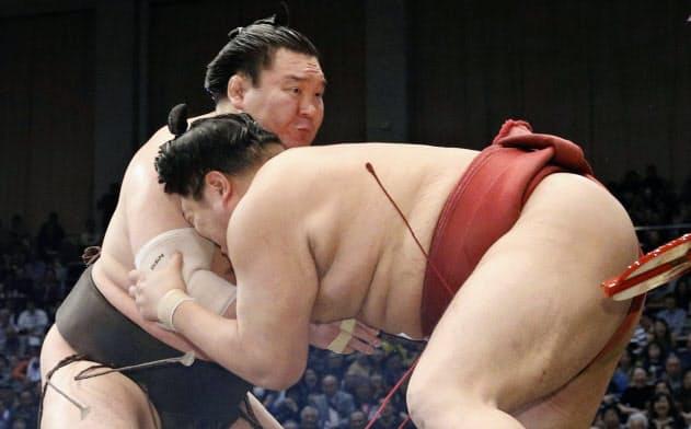 阿炎(右)を押し出す白鵬(22日、福岡国際センター)=共同
