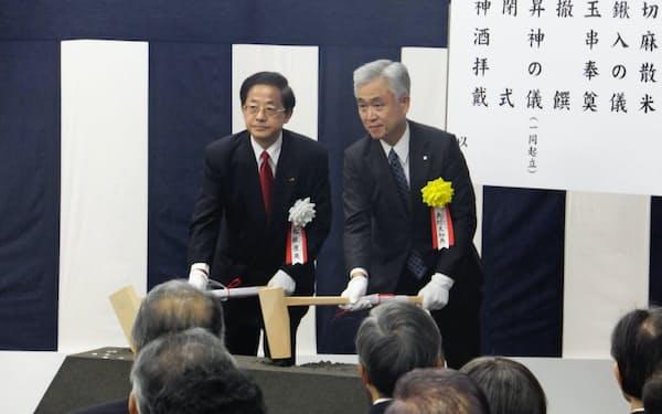 起工式前の安全祈願でくわ入れを行うJR東海の柘植康英会長(左)ら