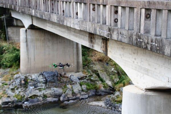 カメラを搭載したドローンで橋桁の下などを点検(22日、大津市の富川橋)