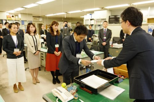 委嘱状を受け取る福井県未来戦略アドバイザーの太田誠二郎さん(22日、福井県庁)