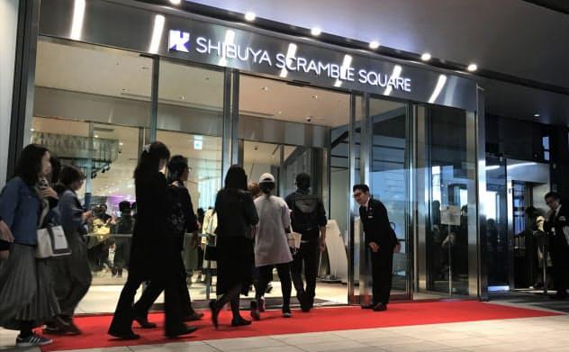 11月1日、渋谷スクランブルスクエアにはオープン前から並んでいた客が押し寄せた