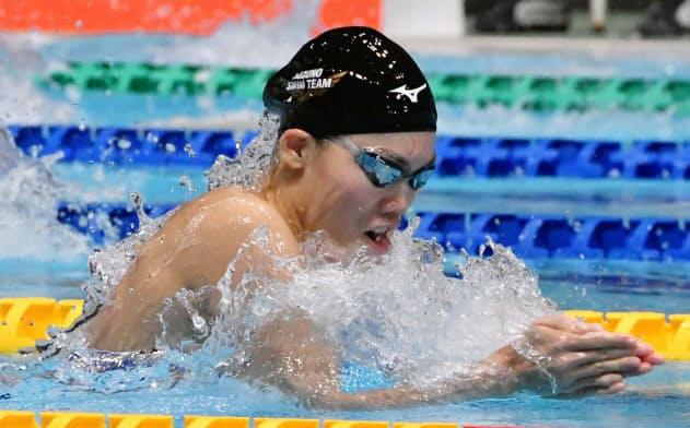 女子100メートル平泳ぎで優勝した青木玲緒樹(22日、東京辰巳国際水泳場)=共同