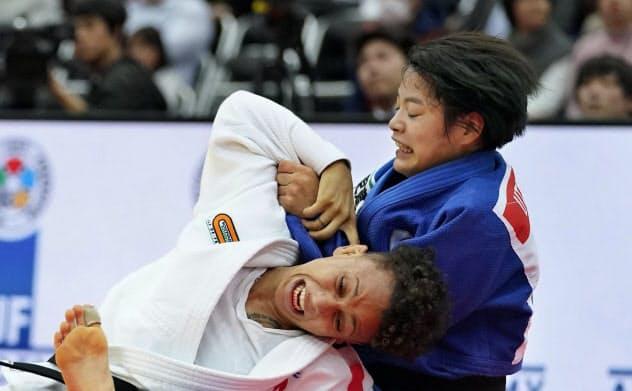 女子52キロ級決勝 フランスのブシャール(左)に敗れた阿部詩(22日、丸善インテックアリーナ大阪)=共同