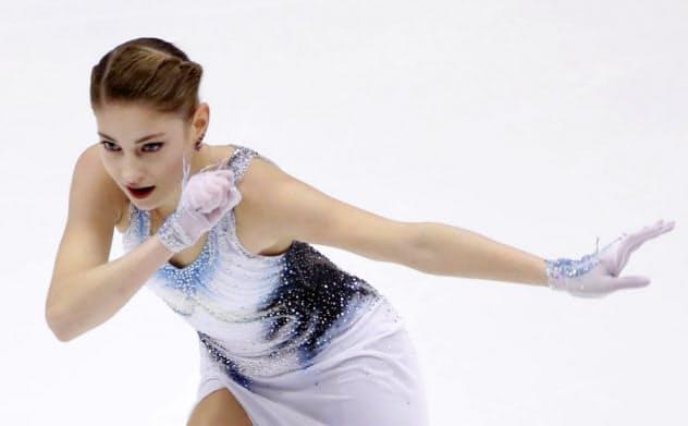 女子SPで演技するアリョーナ・コストルナヤ(22日、真駒内セキスイハイムアイスアリーナ)=共同