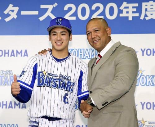DeNAの新入団記者会見でラミレス監督(右)と握手を交わす森敬斗内野手(22日、横浜市)=共同