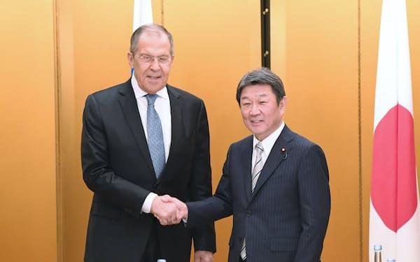 会談を前に握手するロシアのラブロフ外相(左)と茂木外相(22日、名古屋市)