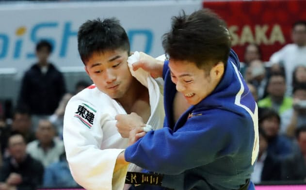 男子66キロ級決勝で丸山(左)を破り優勝した阿部一