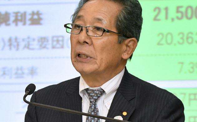 決算発表するトヨタ自動車の河合満副社長(7日、東京都文京区)
