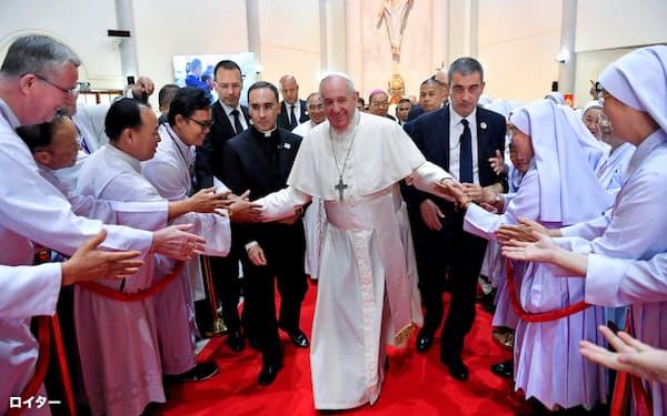 22日、バンコクで聖職者との集いに出席したローマ教皇フランシスコ=ロイター