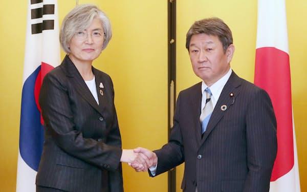 会談を前に握手する茂木外相(右)と韓国の康京和外相(23日、名古屋市)=代表撮影