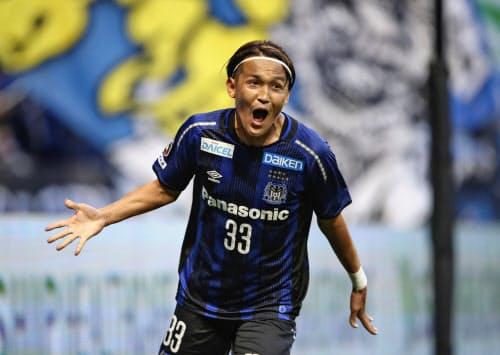 G大阪―仙台 後半、先制ゴールを決め喜ぶG大阪・宇佐美(23日、パナスタ)=共同