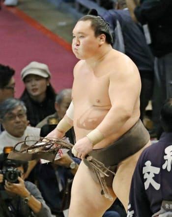 大相撲九州場所で43度目の優勝を決め、懸賞を手に引き揚げる白鵬(23日、福岡国際センター)=共同