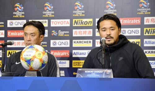 アルヒラルとのACL決勝第2戦を前に、記者会見する浦和・興梠。左は大槻監督(23日、埼玉スタジアム)=共同